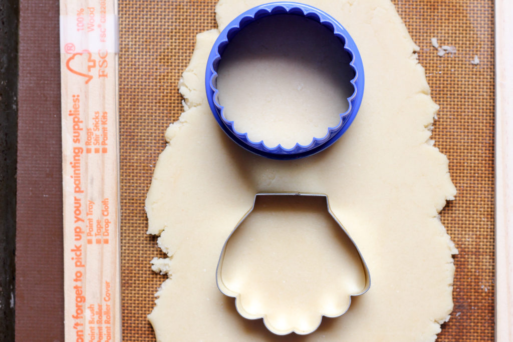 How to use circle and sea shell cookie cutters to make a dream catcher cookie