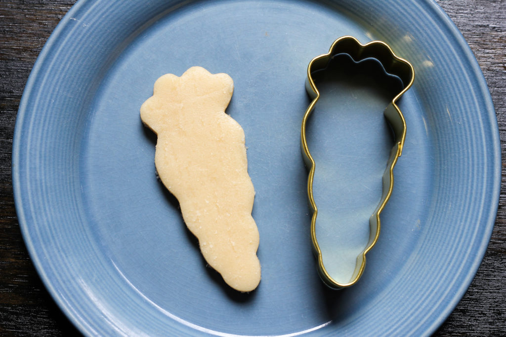 how to use a carrot cookie cutter to make a feather cookie